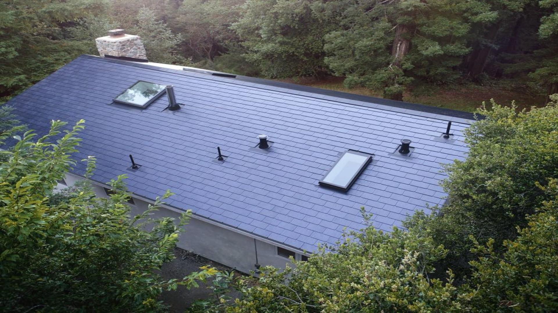Los empleados de Tesla ya tienen instalados los primeros tejados solares.1920
