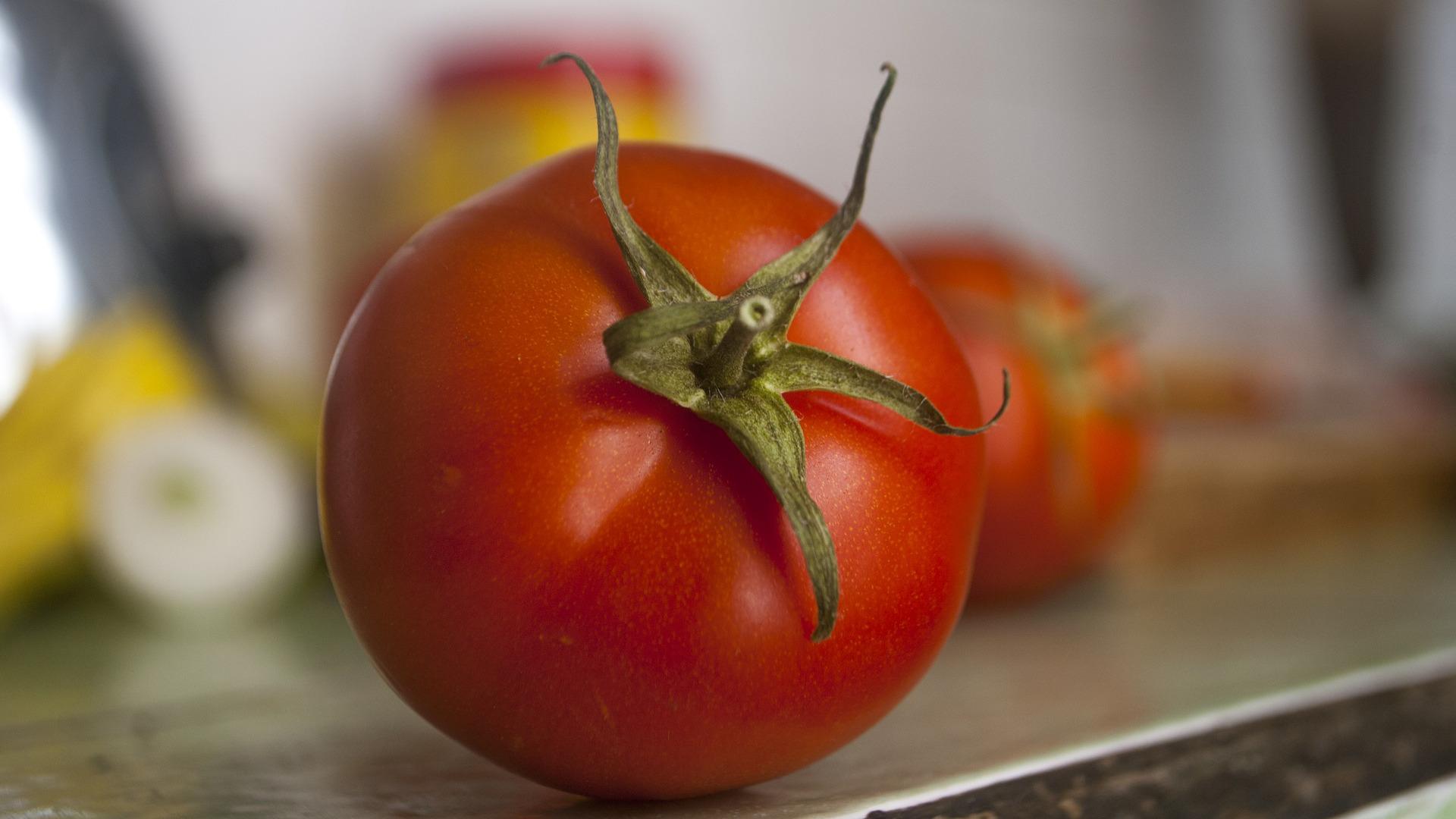 tomates-frescos-para-reparar-los-danos-causados-por-el-habito-de-fumar-1920
