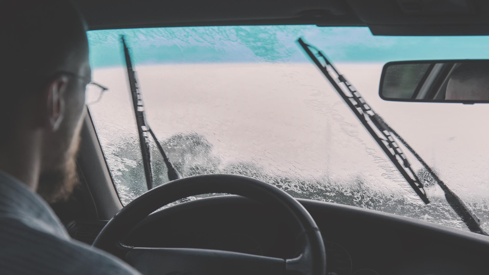 Antes de que llegue el mal tiempo revisa el parabrisas y el limpiaparabrisas1920