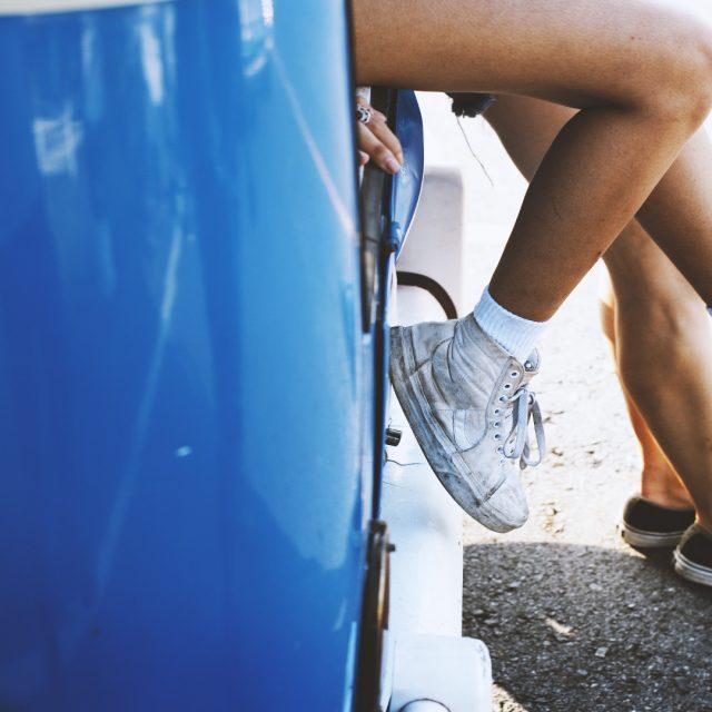 Llevar los pies en el salpicadero es una irresponsabilidad
