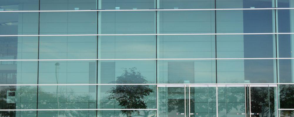 Las láminas solares protegen la mercancía expuesta en los escaparates