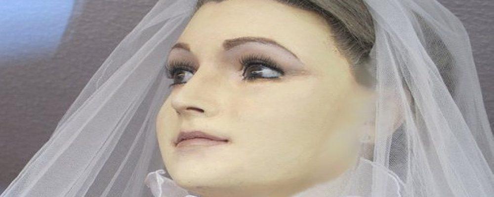 Pascualita, siempre en un escaparate vestida de novia