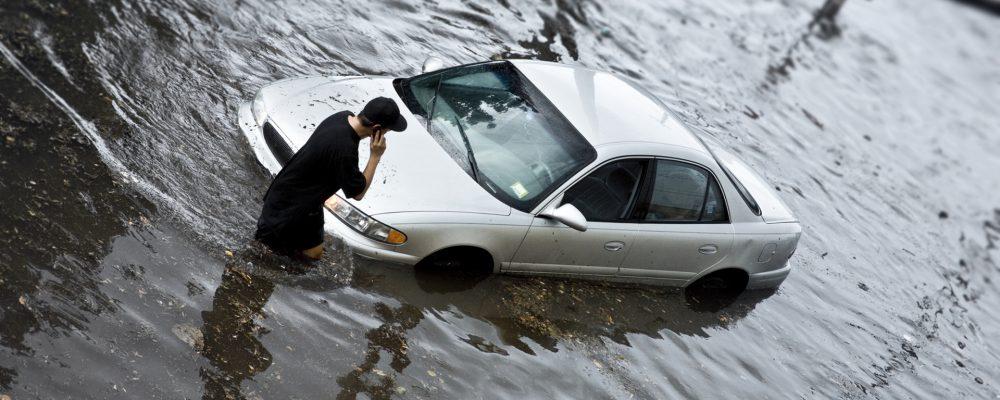 ¿De qué se hace cargo mi seguro de coche ante desastres naturales?