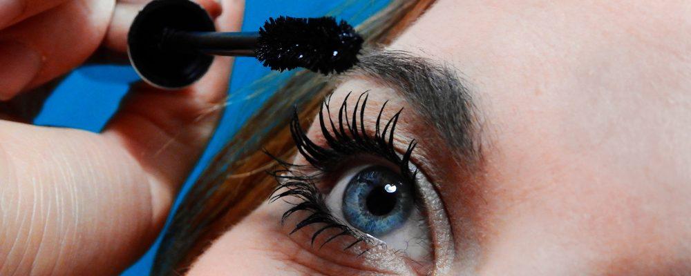 6 efectos negativos de no quitar el maquillaje antes de dormir