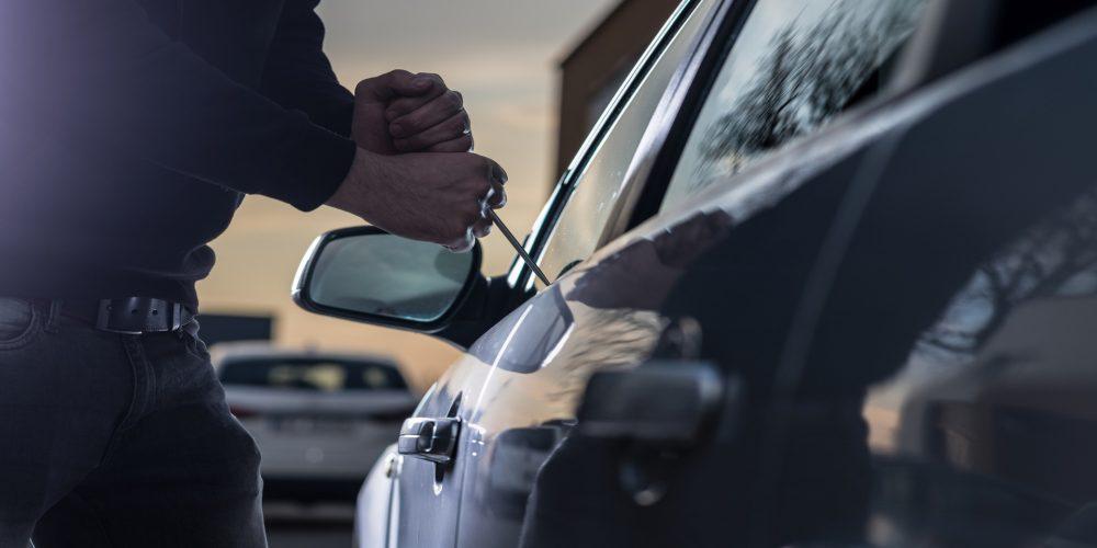 """Un """"caco"""" tarda solo 4 segundos en hacer un agujero en la ventanilla de nuestro coche"""