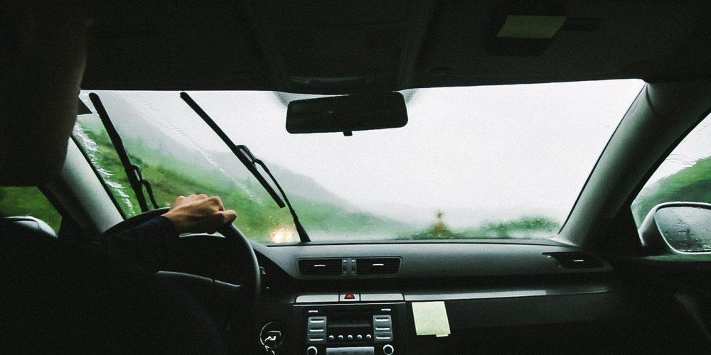 Otoño, lluvia y revisión del parabrisas y el limpiaparabrisas