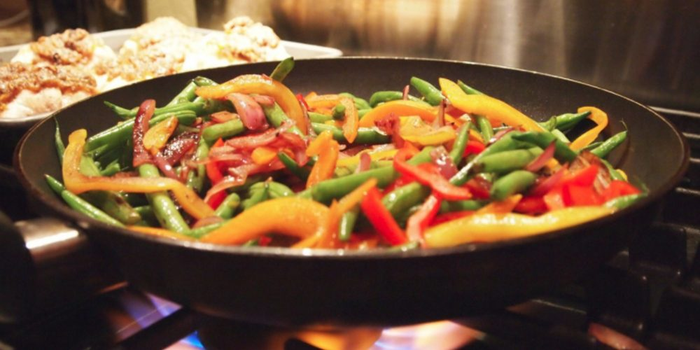 Científicos afirman que son más sanas las verduras fritas con aceite de oliva que cocidas