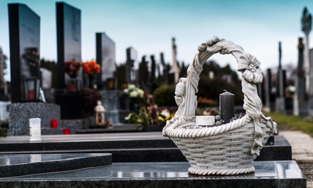 servicios funerarios el origen de los entierros a dos metros bajo tierra