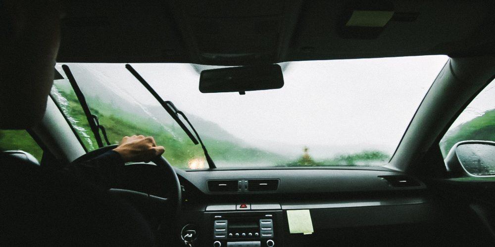 La importancia de viajar con el parabrisas limpio