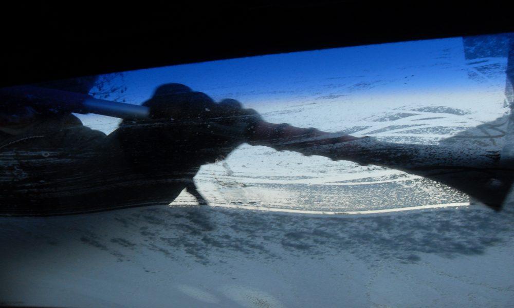 Que debemos hacer cuando tenemos el parabrisas esta congelado1920