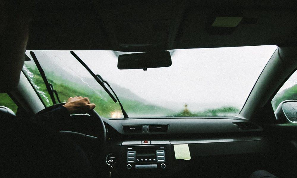 otono lluvia y revisión del parabrisas y el limpiaparabrisas
