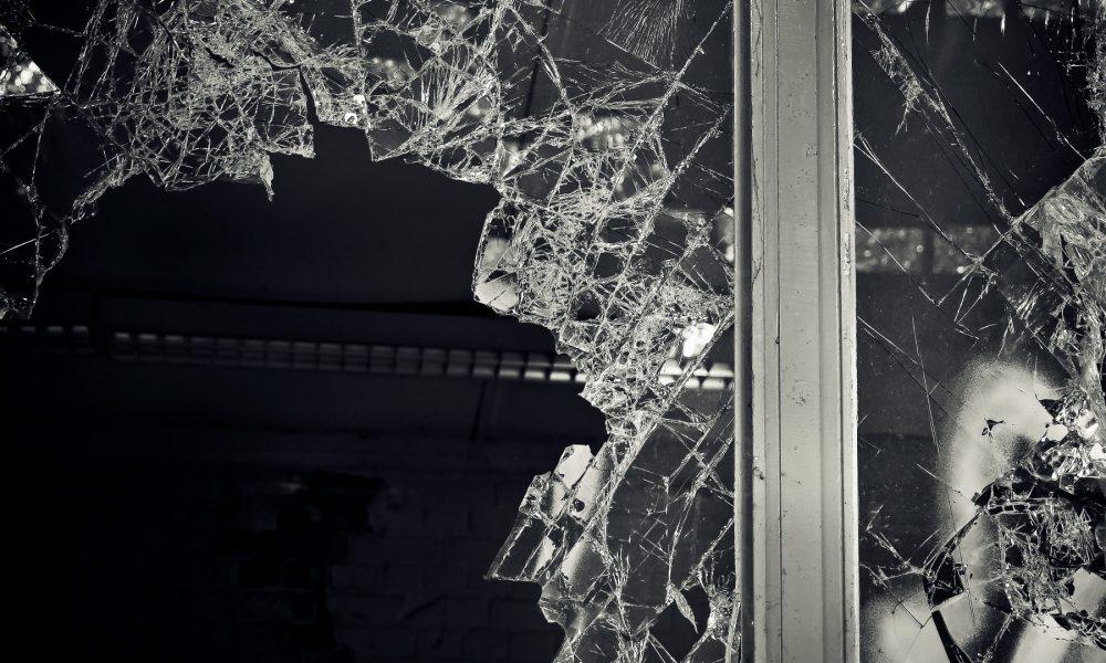 Seguridad ante actos vandálicos con láminas solares http://proluna.es/seguridad-actos-vandalicos/